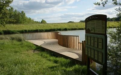 Pose des mobiliers du lac de l'Escourrou à Eymet